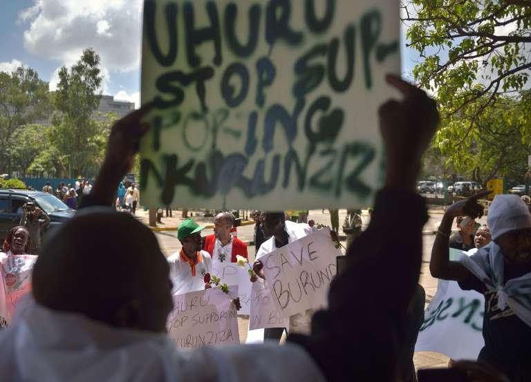 Le 18 décembre 2015, des militants protestent à Nairobi, au Kenya, pays voisin du Burundi contre la répression de toute opposition au pouvoir par les forces gouvernementales. Les derniers événements des 11 et 12 décembre ont fait au moins cent morts.