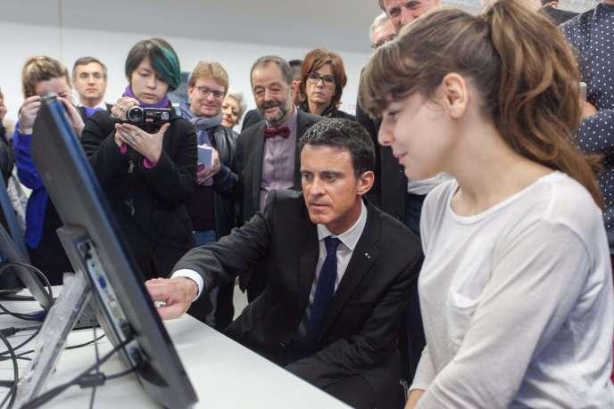 Manuel Valls, lors d'une visite de l'Ecole nationale du jeu et des médias interactifs numériques du CNAM à Angoulême, le 18 décembre 2015.