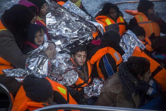 Des réfugiés arrivent sur l'île grecque de Lesbos, dans un bateau de l'Agence de surveillance des frontières  Frontex, après un sauvetage.