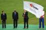 L'ex-président de l'IAAF Lamine Diack, remet le drapeau de la Fédération au président de la Fédération britannique d'athlétisme Lynn Davies, aux championnats du monde à Pékin le 30 août.