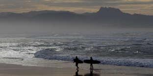 Des surfeurs à Biarritz, le 18 décembre. Le Sud-ouest connaît des températures élevées en décembre.