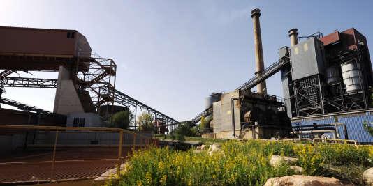 """L'usine Alcan à Gardanne en octobre 2010, unique usine française de traitement de minerai de bauxite produisant des boues rouges, exploitée par la societé Rio Tinto. La secrétaire d'Etat à l'écologie, Chantal Jouanno a demandé le 7 octobre 2010 """"un nouveau contrôle"""" de l'usine après l'accident industriel survenu en Hongrie, où plus de 1 million de mètres cubes de boue rouge toxique se sont déversés, après un accident dans une usine de bauxite-aluminium à Ajka."""