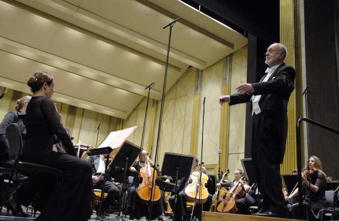 Kurt Masur a notamment dirigé l'Orchestre national de France, ici au Théâtre des Champs-Elysées en 2005.