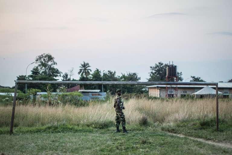 Un soldat burundais patrouille dans les environs de Bujumbura, le 28 juin.