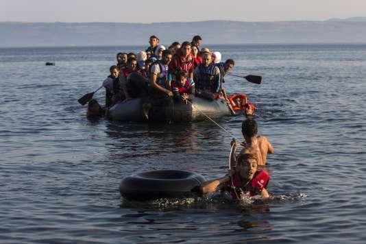 La question des migrations (ici, des réfugiés qui accostent sur l'île grecque de Lesbos) est l'un des grands enjeux géopolitiques actuels. (AP Photo/Santi Palacios)
