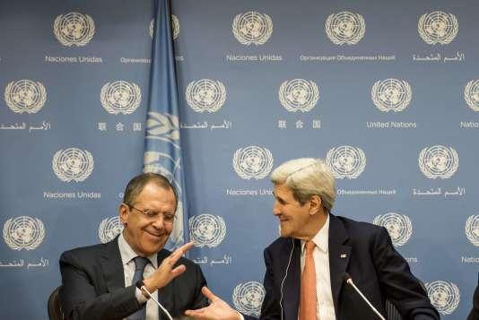 Sergey Lavrov et John Kerry durant une conférence de presse au siège des Nations Unies à New York le 18 décembre 2015.