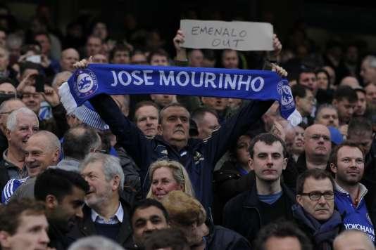 Des fans affichent leur soutient à José Mourinho, le 19 décembre à Stamford Bridge.