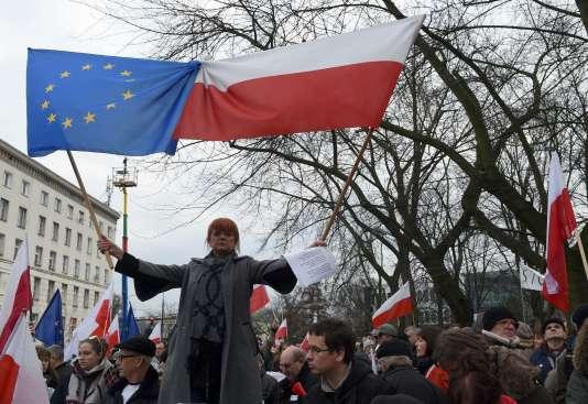 Des manifestants défilent contre le gouvernement conservateur à Varsovie (Pologne), le 19 décembre.