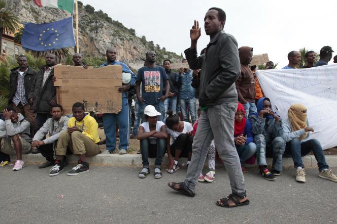 Des migrants à la frontière franco-italienne, à Vintimille (Italie), le 12 juin 2015.