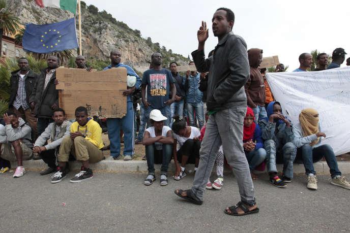 Des migrants à la frontière entre Vintimille (en Italie) et Nice (en France) le 12 juin 2015.