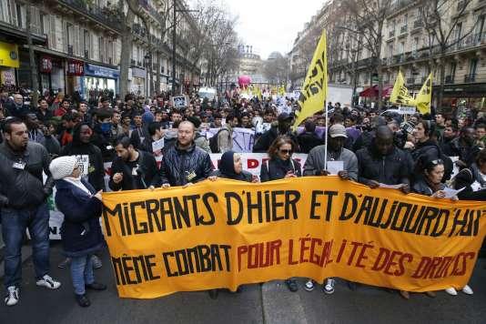 Des manifestants défilent pour soutenir les migrants et les sans-papiers à Paris, le 19 décembre.