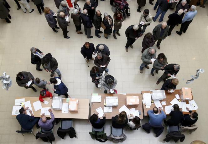 Des électeurs à Barcelone, lors des législatives espagnoles du 20 décembre.