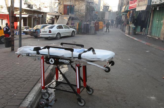 Sur les lieux d'une agression de soldats israéliens par une femme palestinienne, à Hébron, le 20 décembre.