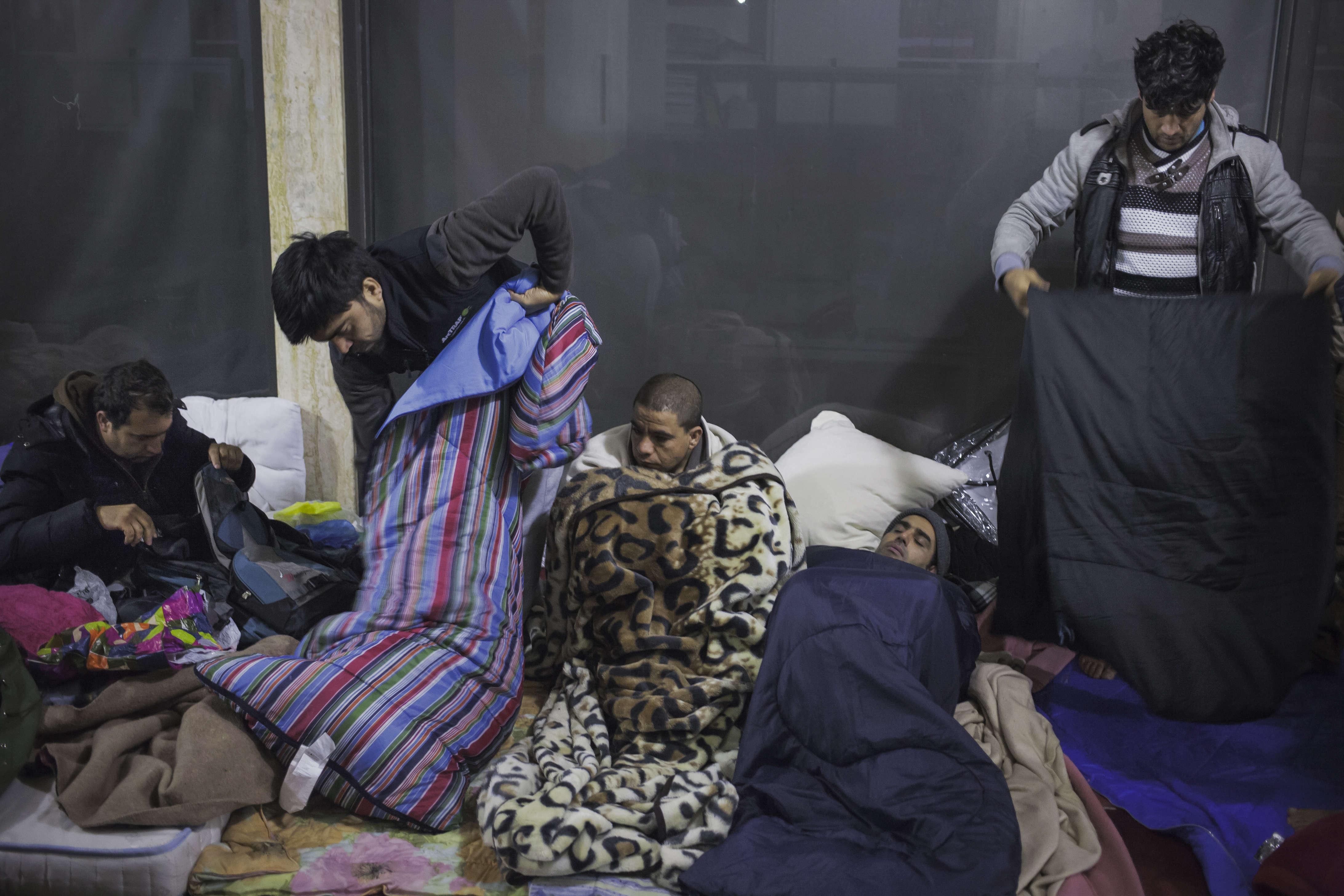 Chaque nuit, depuis des mois,  150 réfugiés afghans dorment sous les arcades  du square Raoul Follereau, dans le 10e arrondissement.
