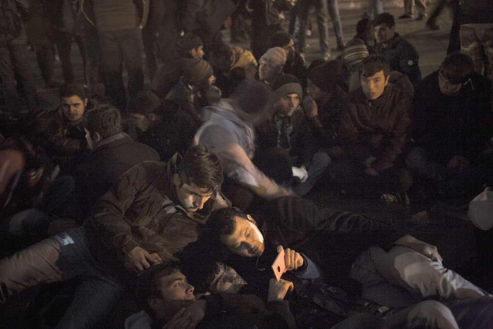Place de la République, les CRS sont venus poser des conditions : dormir «oui», monter une tente «non», ignorant que cette centaine d'homme dort sans toit depuis des mois.
