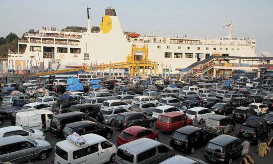 Des véhicules attendent pour embarquer sur un ferry au port de Merak en Indonésie le 15 juillet 2015.
