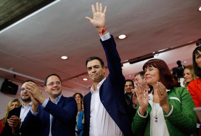 Pedro Sanchez, secrétaire général du Parti socialiste ouvrier espagnol (PSOE) salue ses partisans au soir des élections législatives du 20 décembre 2015.