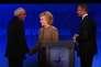Les candidats à la primaire démocrate Bernie Sanders, Hillary Clinton et Martin O'Malley à la fin du débat télévisé du 19 décembre 2015 enregistré à Manchester dans le New Hampshire.