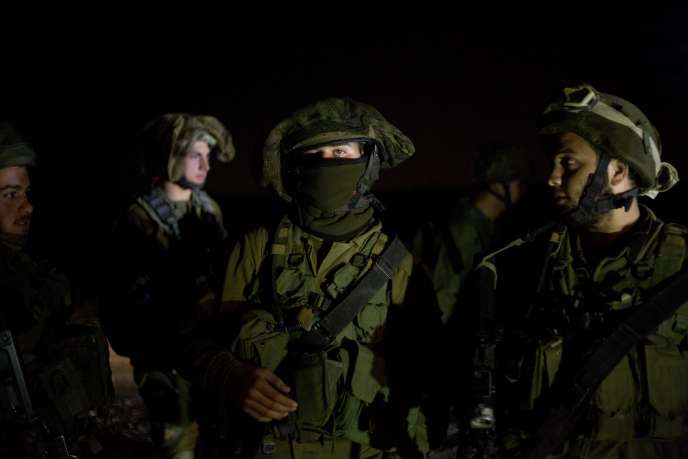 Des soldats israéliens cherchent des fusées tirées depuis le Liban dans le Nord d'Israel le 20 décembre 2015.