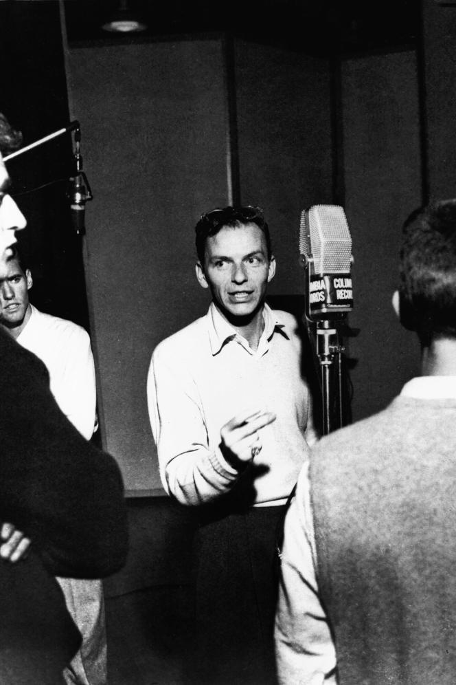 Frank Sinatra au début des années 1950 à New York, lors d'un enregistrement pour la Columbia Records .