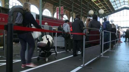 Des portiques de sécurité avant l'embarquement à bord de Thalys à la gare du Nord à Paris.