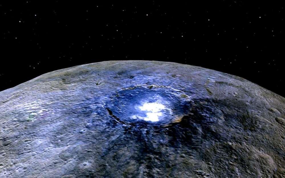 Ces taches blanches à la surface de Cérès ne sont pas de la neige ou de la glace, mais des sels de sulfate de magnésium, comme l'a révélé la sonde américaine Dawn, qui s'est mise en orbite autour de cet astéroïde le 6 mars. Ses instruments n'ont pas confirmé la présence de geysers sortant de ce caillou glacé de 930 kilomètres de diamètre, aperçus en 2014 par le télescope spatial Herschel. Les astronomes attendent beaucoup du survol à 385 kilomètres d'altitude qui a débuté le 18 décembre.