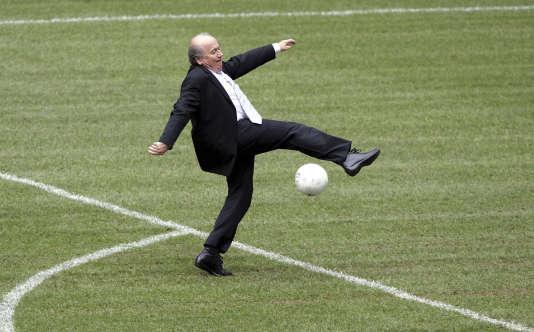 En juin 2009, Joseph Blatter s'entraîne sur la pelouse de l'Allianz Arena de Munich.