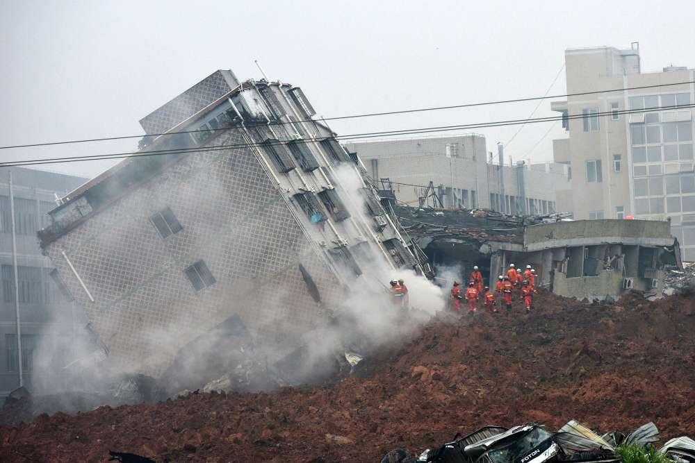 Une gigantesque coulée de boue a enseveli une trentaine de bâtiments et provoqué une explosion de gaz lundi 21 décembre au matin à Shenzhen, dans le sud de la Chine.