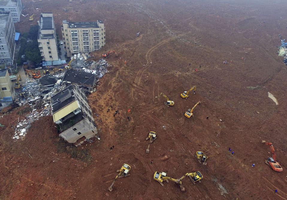 La boue provient d'une ancienne carrière qui accueillait depuis des années les déchets des excavations des sites de construction de la région, jusqu'à former une colline artificielle de près de 100 mètres de hauteur.