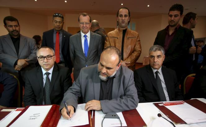 Martin Kobler, représentant spécial de la Mission d'assistance des Nations unies en Libye, regarde les représentants des municipalités libyennes signer un document attestant du soutien au futur gouvernement d'union nationale, à Tunis le 21 décembre.