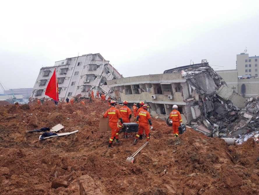 Les témoins ont relaté avoir vu une masse de terre et de boue rougeâtre s'abattre en fin de matinée sur ce parc industriel, engloutissant habitations et usines.