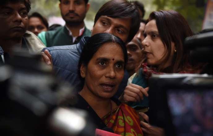 La mère de Jyoti Singh, étudiante en kinésithérapie de 23ans morte après avoir été victime d'un viol collectif,  s'adresse aux médias, le 21 décembre à New Delhi.