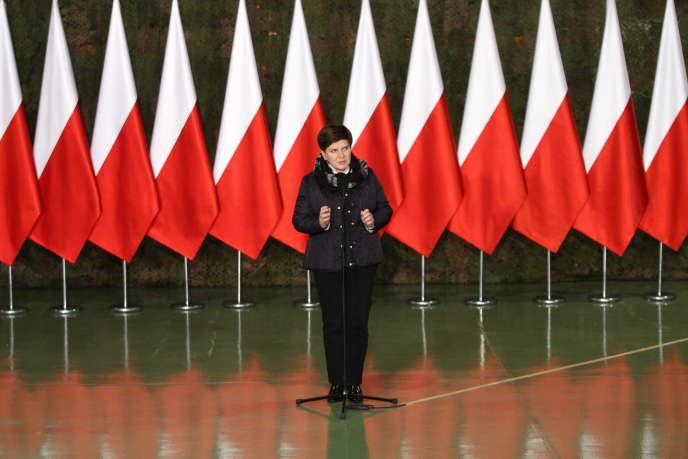 La première ministre polonaise Beata Szydlo le 23 novembre,  sur la base militaire de Malbork (Pologne).