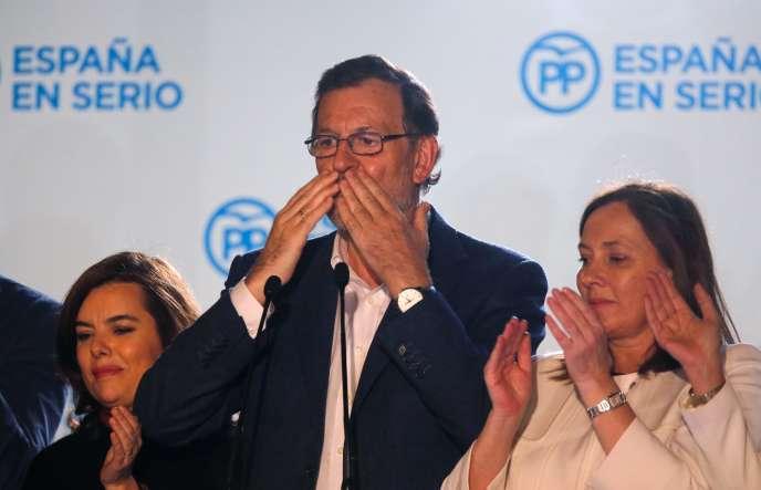 Le chef du gouvernement espagnol, Mariano Rajoy, salue ses partisans après les élections législatives,  le 20 décembre,  à Madrid.