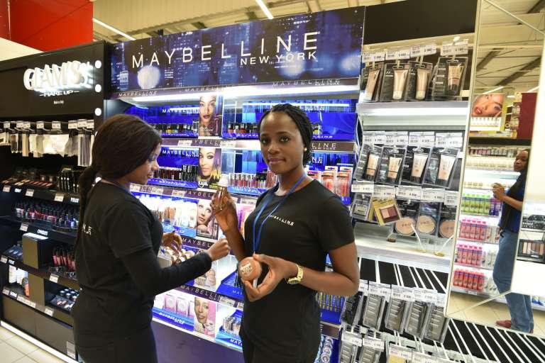 Devant un stand de maquillage au supermarché Carrefour d'Abidjan, le 18 décembre.