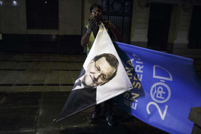 Une affiche de Mariano Rajoy, enlevée au lendemain des élections législatives en Espagne, le 21 décembre 2015.