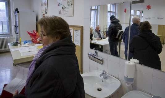 Dans un bureau de vote de Lubiana en Slovénie durant le referendum sur le mariage homosexuel le 20 décembre 2015.