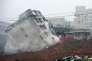 Des sauveteurs cherchent des survivants dans un immeuble détruit par la coulée de boue du 20 décembre 2015 à Shenzen en Chine.