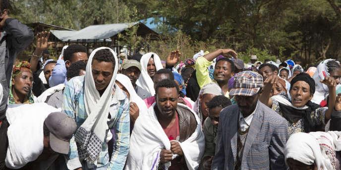 Des fermiers oromo pleurent un des leurs, Dinka Chala, tué lors des manifestations du 17 décembre 2015, Yubdo (100 km d'Addis Abeba).