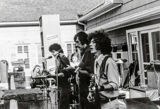 Lors d'un concert des Velvet Underground avec, de gauche à droite, Lou Reed, Sterling Morrison et Doug Yule.