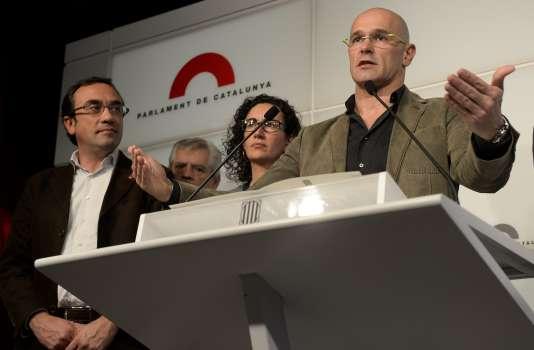 """Raul Romeva, de la coalition séparatiste catalane """"Junts pel Si"""" présente le préaccord en vue de former un gouvernement régional, mardi 22 décembre au parlement régional."""