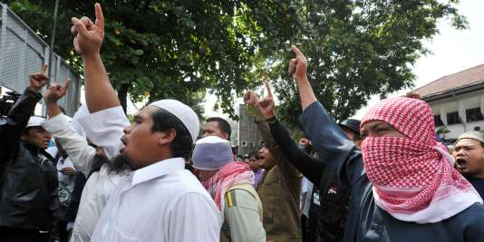 Des partisans du prêcheur Abou Bakar Bachir, le fondateur du groupe islamiste indonésien Jemaah Islamiyah, manifestent aux abord du tribunal devant lequel le religieux comparaît, le 25 mai 2011.