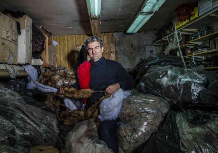 Dans sa boutique-atelier Baya, le fourreur Dimitrios Koumantzias.