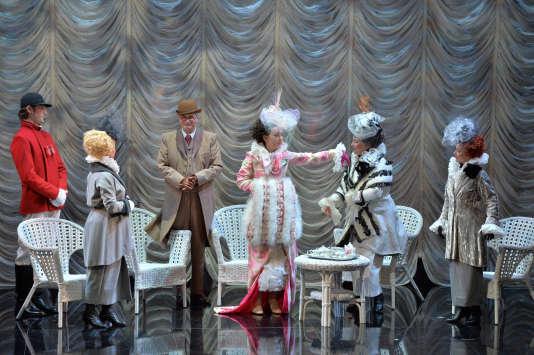 Chiara Skerath (au centre) dans le rôle d'Eliza Doolittle. A sa droite, son mentor, Henry Higgins, interprété par Jean-Louis Pichon.