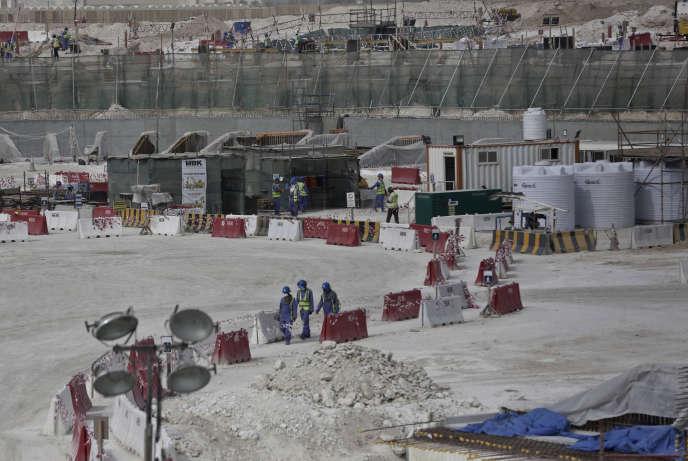 Des travailleurs étrangers sur le chantier du stade Al-Wakra, à Doha, qui abritera le Mondial 2022 de football.