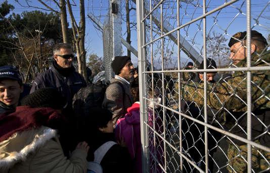 Des yézidis traversent la frontière entre la Grèce et la Macédoine, près d'Idomeni, un village grec, le 5décembre2015.