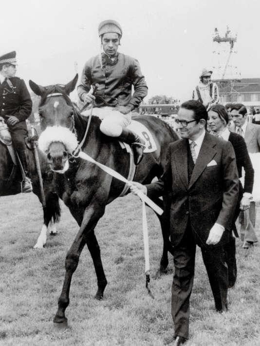Daniel Wildenstein, le 6 juin 1976, à côté d'un de ses chevaux.