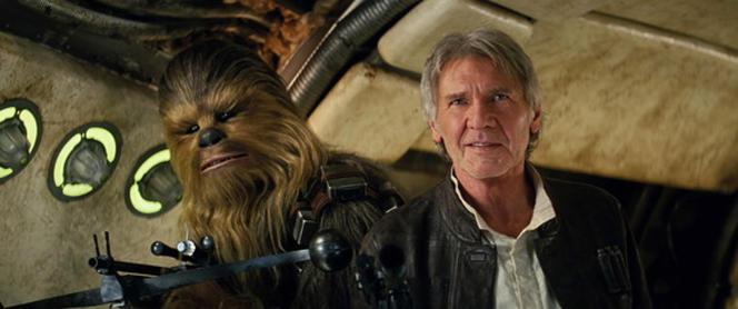 Peter Mayhew, sous les traits de Chewbacca, et Harrison Ford dans «Star Wars : Le Réveil de la Force».