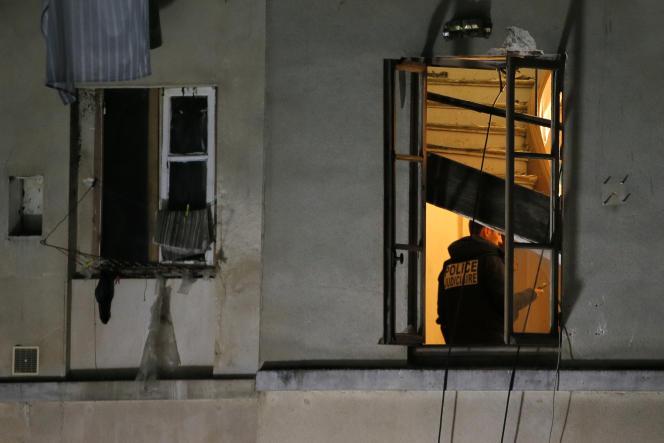 Un membre de la police judiciaire inspecte l'appartement dans lequel a eu lieu l'assaut  à Saint-Denis, le 18 novembre.