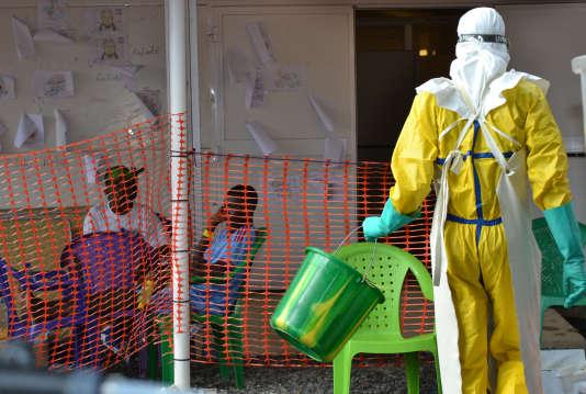 Un soignant devant un centre de quarantaine à Conakry, en Guinée, le 21 août.
